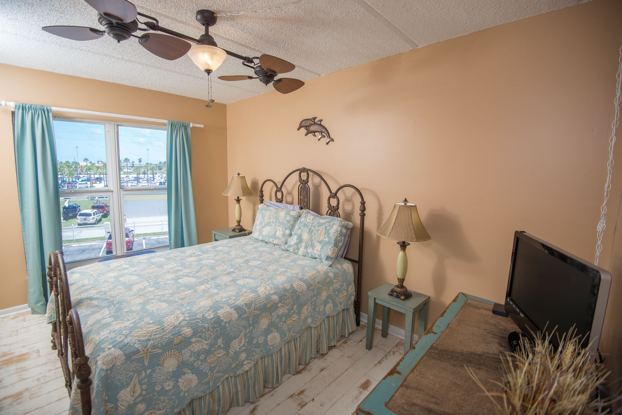Stunning oceanfront vacation rentals in florida for Guest room bed size